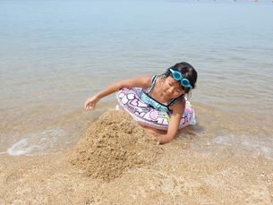 海水浴を楽しむ女の子の写真素材 [FYI03108754]