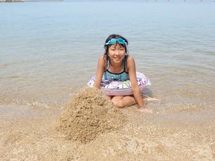 海水浴を楽しむ女の子の写真素材 [FYI03108797]