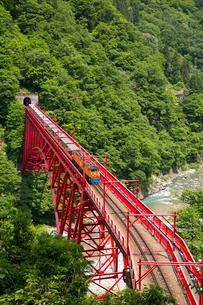 やまびこ展望台より黒部渓谷トロッコ電車を望むの写真素材 [FYI03108856]