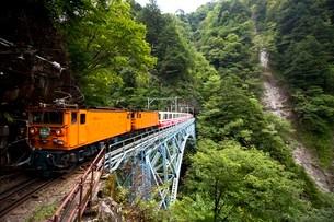 後曳橋を走行中の黒部峡谷トロッコ列車の写真素材 [FYI03109607]
