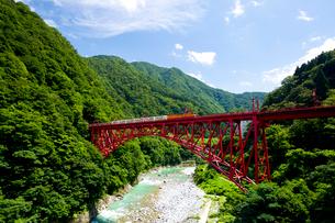 新山彦橋を走行中の黒部峡谷トロッコ列車の写真素材 [FYI03109623]