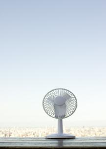 扇風機と町並の写真素材 [FYI03110095]