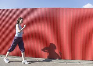 ウォーキングをする女性の写真素材 [FYI03110662]