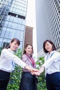 団結するビジネスウーマンの写真素材 [FYI03113097]