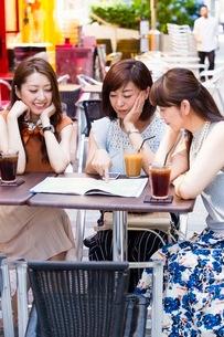 オープンカフェで過ごす女性の写真素材 [FYI03113150]