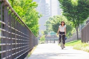 自転車に乗る女性の写真素材 [FYI03113172]
