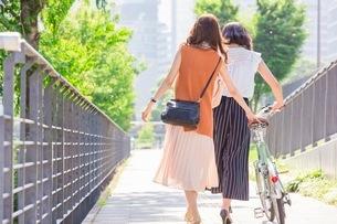 自転車を押す女性と歩く女性の写真素材 [FYI03113175]