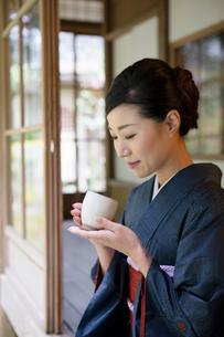 お茶を持つ着物姿の女性の写真素材 [FYI03113486]