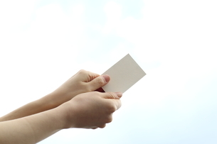 カードを持つ女性の写真素材 [FYI03114218]