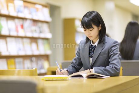 図書室で勉強する女子高校生の写真素材 [FYI03114658]