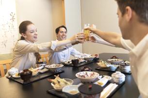 日本料理を注文し乾杯する男女4人の外国人の写真素材 [FYI03114671]