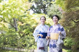 浴衣を着た外国人観光客と日本人女性の写真素材 [FYI03114673]
