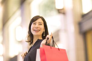 ショッピングを楽しむ女性の写真素材 [FYI03114694]