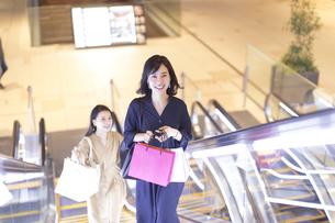 エスカレータに乗る2人の女性の写真素材 [FYI03114695]