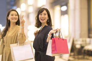 ショッピングを楽しむ2人の女性の写真素材 [FYI03114696]