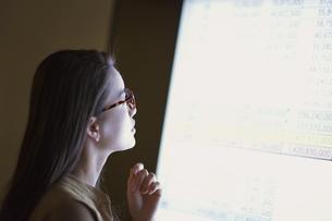 モニターを見て考えるビジネス女性の写真素材 [FYI03114700]