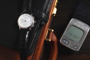 時計と血圧測定器の写真素材 [FYI03114728]