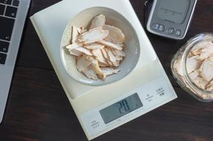 チップ状の乾燥したコウライニンジンの写真素材 [FYI03114732]