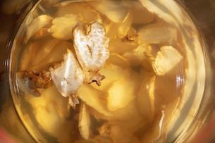 乾燥したコウライニンジンの焼酎漬の写真素材 [FYI03114742]
