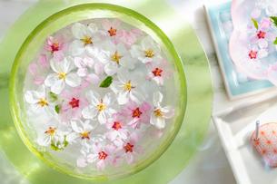 ガラス器と桜の花とお香の写真素材 [FYI03114743]