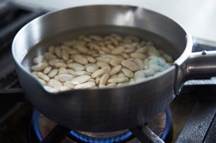 大福インゲン豆を炊く1の写真素材 [FYI03114787]