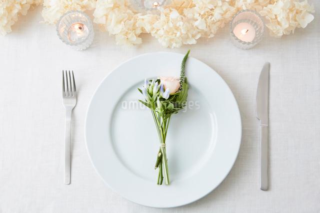 ドライフラワーや生花を使ったテーブルコーディネートの写真素材 [FYI03114802]
