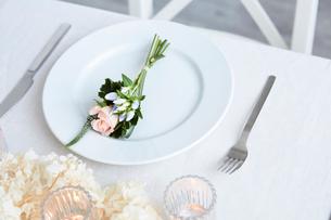 ドライフラワーや生花を使ったテーブルコーディネートの写真素材 [FYI03114805]