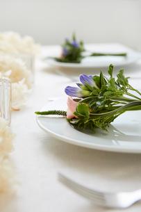ドライフラワーや生花を使ったテーブルコーディネートの写真素材 [FYI03114806]