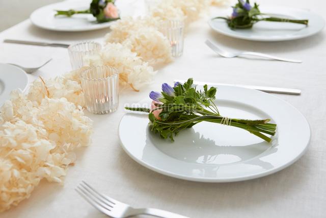 ドライフラワーや生花を使ったテーブルコーディネートの写真素材 [FYI03114809]