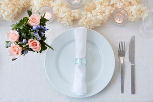 ドライフラワーや生花を使ったテーブルコーディネートの写真素材 [FYI03114810]