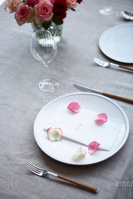 生花を使ったテーブルコーディネートの写真素材 [FYI03114818]
