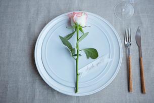 生花を使ったテーブルコーディネートの写真素材 [FYI03114823]