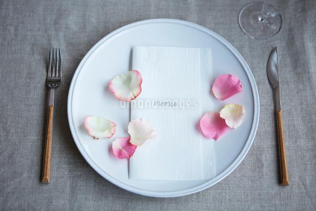 生花を使ったテーブルコーディネートの写真素材 [FYI03114838]