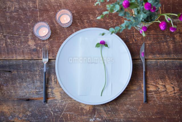 生花を使ったテーブルコーディネートの写真素材 [FYI03114847]