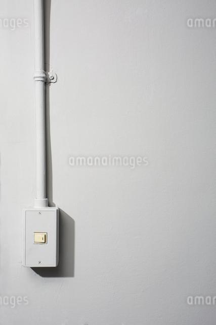 スイッチパネルがある灰色の壁の写真素材 [FYI03114863]