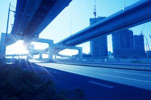 高速道路と太陽の写真素材 [FYI03114935]