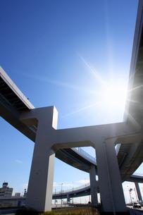 高速道路と太陽の写真素材 [FYI03114943]