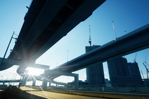 高速道路と太陽の写真素材 [FYI03114945]