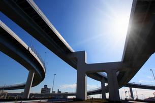 高速道路と太陽の写真素材 [FYI03114946]