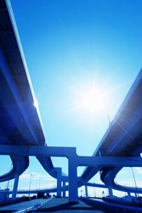 高速道路と太陽の写真素材 [FYI03114947]