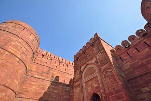 赤砂岩で築かれた世界遺産のアグラ城の写真素材 [FYI03114959]