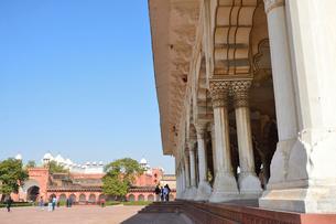 世界遺産アグラ城の宮殿と真珠モスクの写真素材 [FYI03114977]