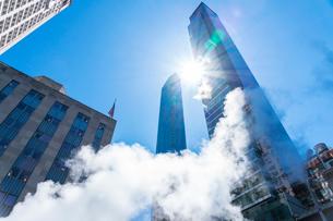 ミッドタウン マンハッタンの高級高層コンドミニアムと漂うスティームを照す太陽。の写真素材 [FYI03115028]