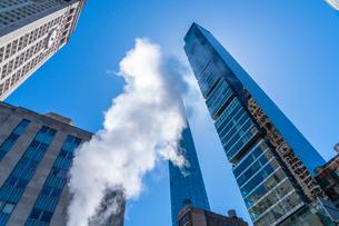 ミッドタウン マンハッタンの高級高層コンドミニアムと漂うスティームを照す太陽。の写真素材 [FYI03115029]