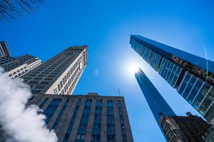ミッドタウン マンハッタンの高級高層コンドミニアムと漂うスティームを照す太陽。の写真素材 [FYI03115032]