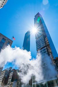 ミッドタウン マンハッタンの高級高層コンドミニアムと漂うスティームを照す太陽。の写真素材 [FYI03115033]