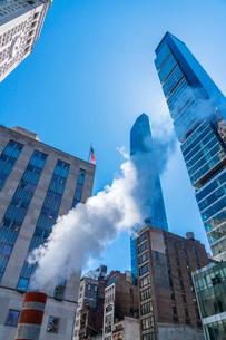 ミッドタウン マンハッタンの高級高層コンドミニアムと漂うスティームを照す太陽。の写真素材 [FYI03115037]