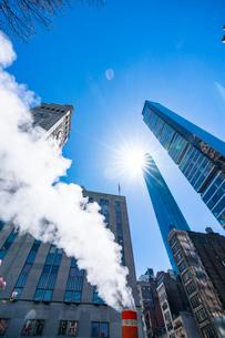 ミッドタウン マンハッタンの高級高層コンドミニアムと漂うスティームを照す太陽。の写真素材 [FYI03115039]