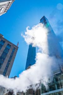 ミッドタウン マンハッタンの高級高層コンドミニアムと漂うスティームを照す太陽。の写真素材 [FYI03115050]