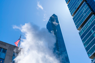 ミッドタウン マンハッタンの高級高層コンドミニアムと漂うスティームを照す太陽。の写真素材 [FYI03115056]